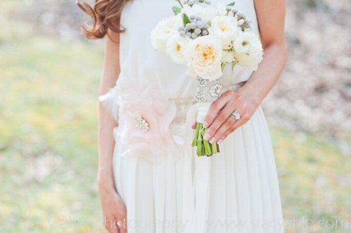 Elegante accesorio vintage para el ramo de novia - Foto Emily Riggs Bridal