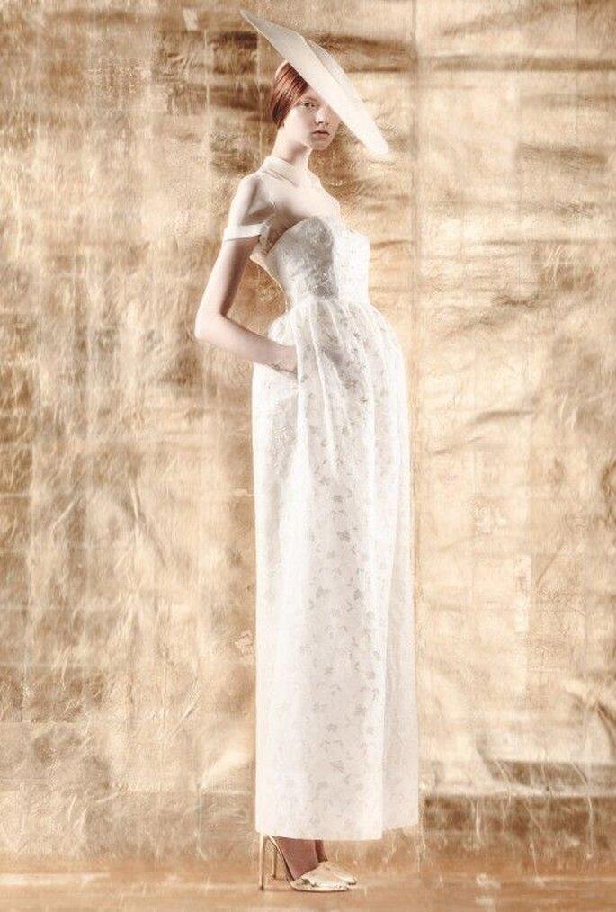 Vestido de novia con mangas cortas, cuello camisero y sombrero con inspiración asiática - Foto Del Pozo