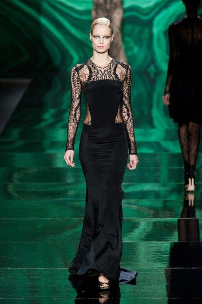 Vestido de fiesta largo en color negro con transparencias y detalles en los costados - Foto Monique Lhuillier