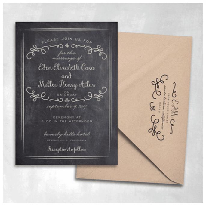 Un estilo de pizarrón con garigoleos lucirá perfecto en tus invitaciones - Foto Smitten On Paper