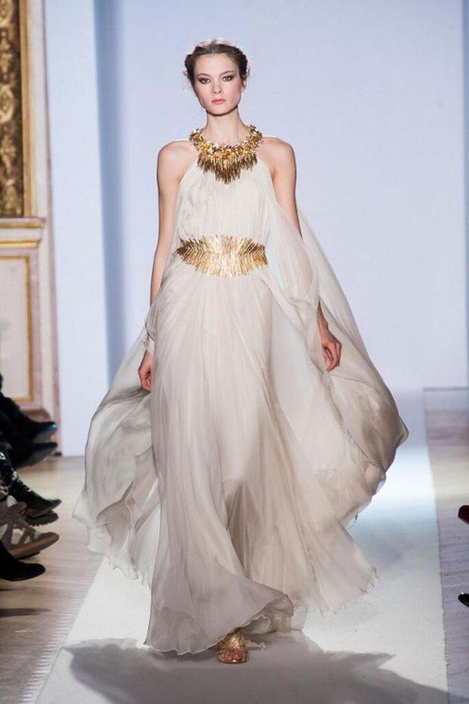 Vestido de novia inspirado en las diosas griegas en color blanco con accesorios y fajín en tono dorado - Foto Zuhair Murad
