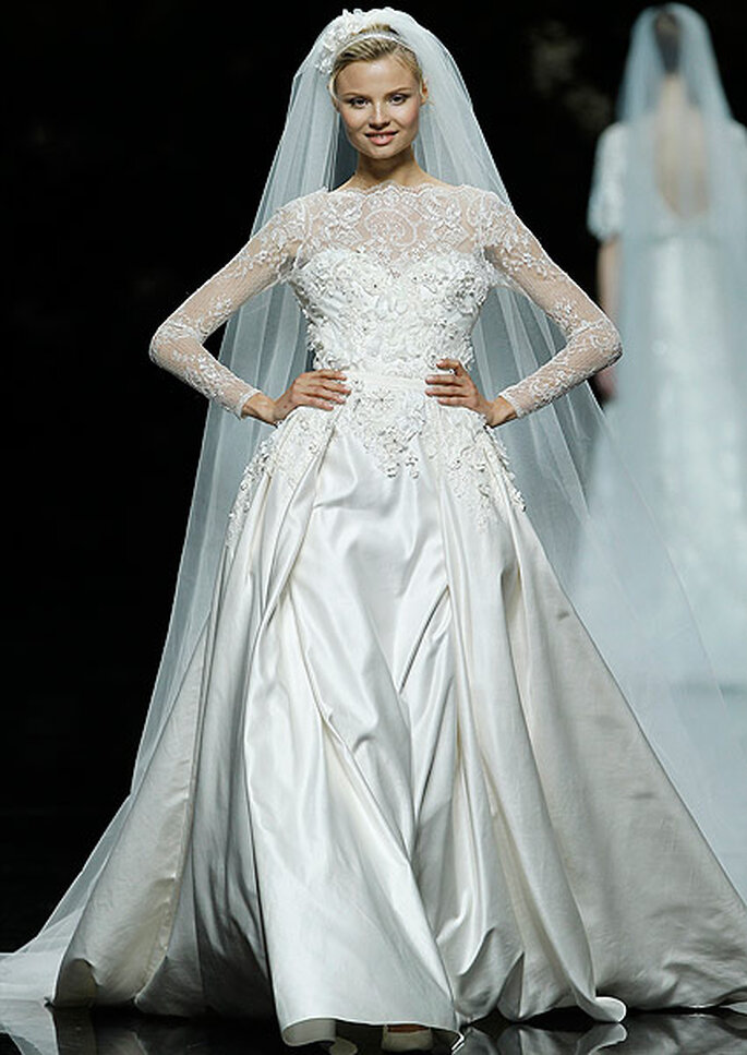 Vestido de novia corto con cola, de Pronovias 2013. Foto: Hugo Cámera