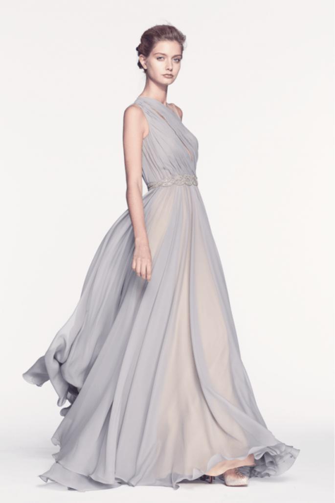 Vestido de fiesta largo en color gris y nude con plisados y caída elegante - Foto Reem Acra