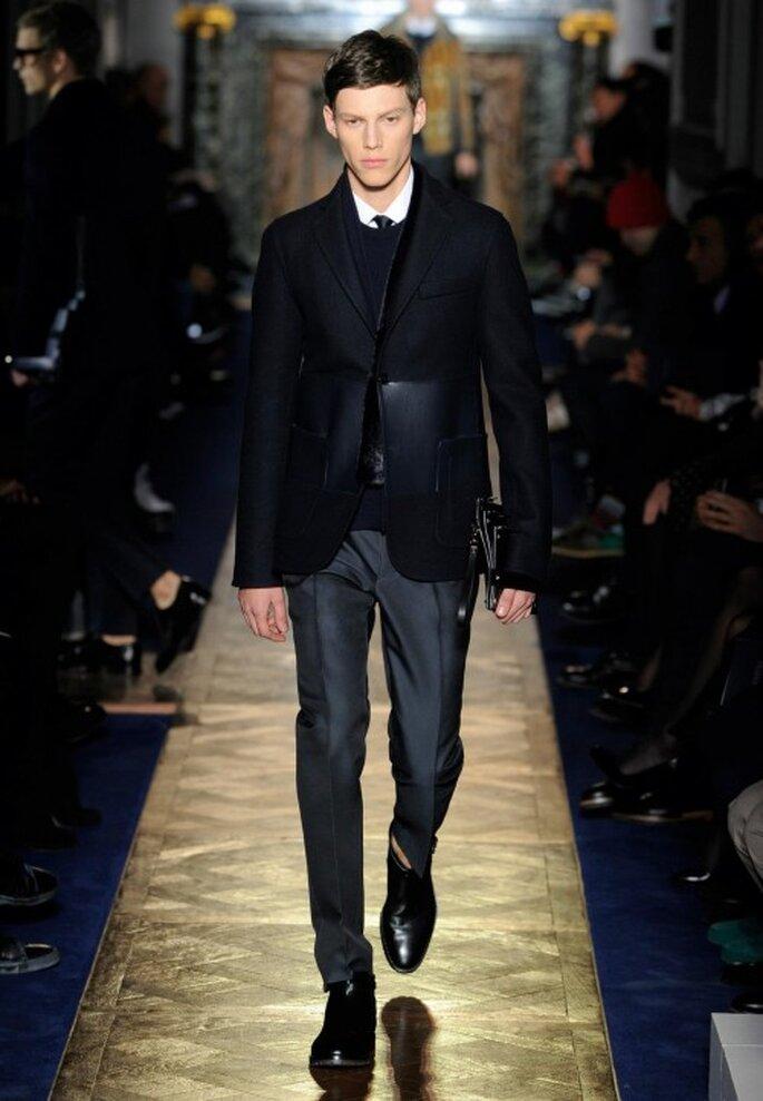 Traje para novio en color oscuro con saco, suéter y corbata a juego - Foto Valentino