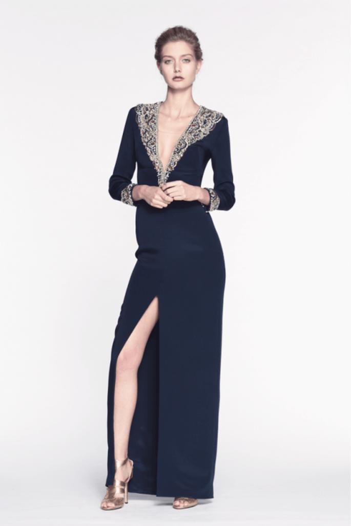 Vestido de fiesta largo con escote pronunciado en V, apliqués de pedrería y abertura en la pierna - Foto Reem Acra