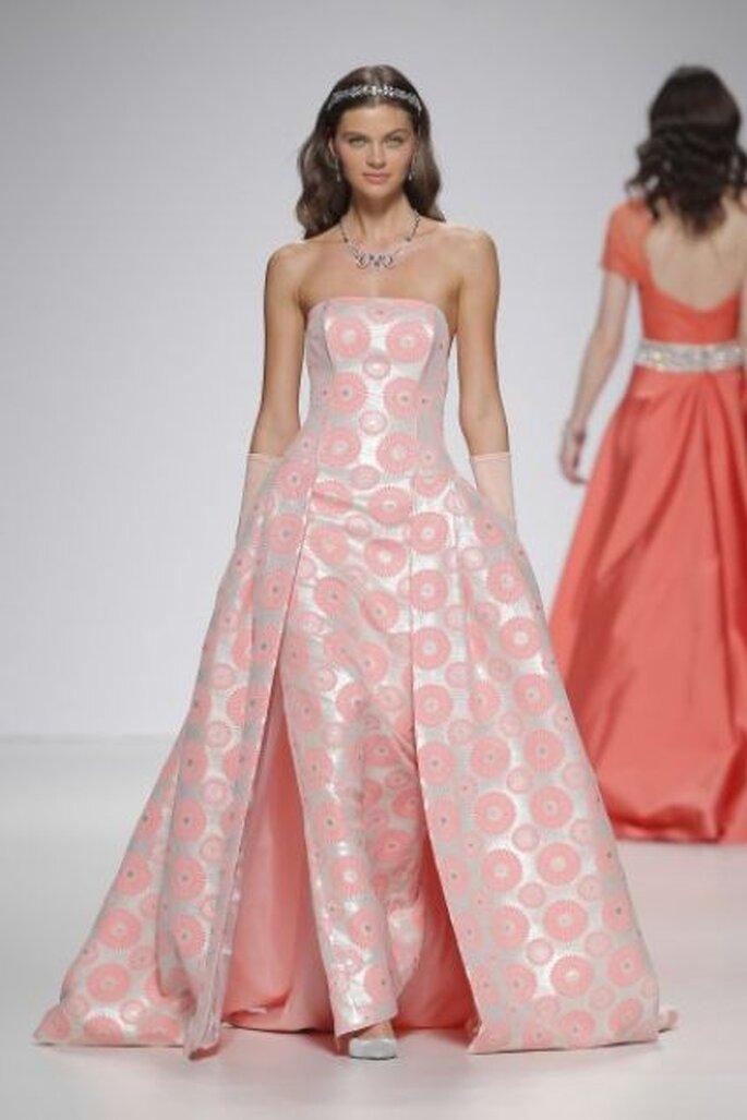Vestido de fiesta largo con corte estrapless en tonos rosa de Ana Torres 2015