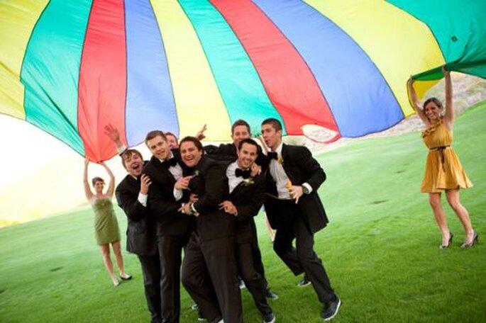 Parachute comme décoration de mariage. Photo : Radiant Photography by the Chansons