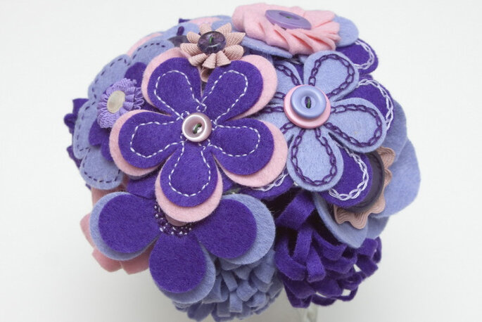 Ramo de novia de margaritas bordadas en lila. Foto: B de Blanca