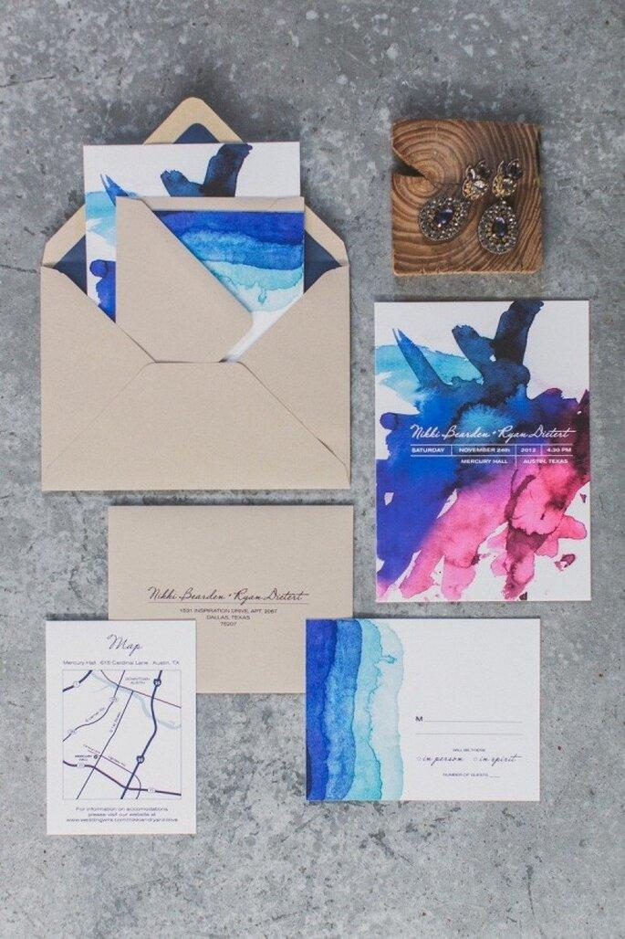 Tus invitaciones de boda pueden llevar el acento perfecto en color azul - Foto Taylor Lord Photography