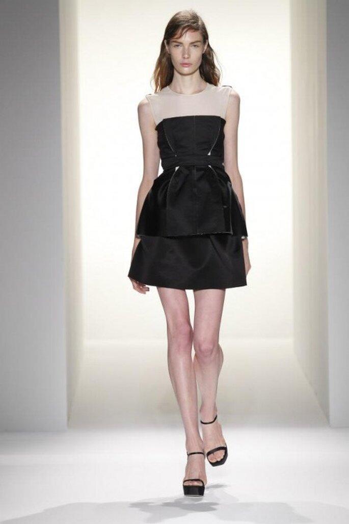 Vestido de fiesta para boda en color negro con volumen en la falda y tono nude en los hombros - Foto Calvin Klein