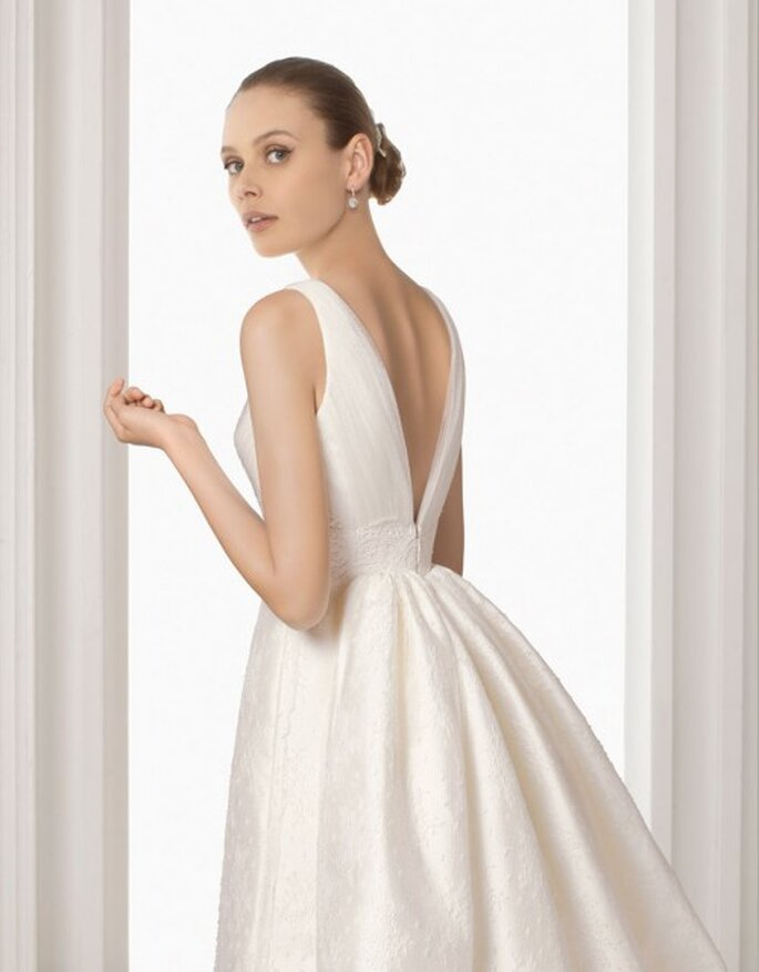 Vestido de novia con cauda que inicia arriba de la cintura. Rosa Clará 2012