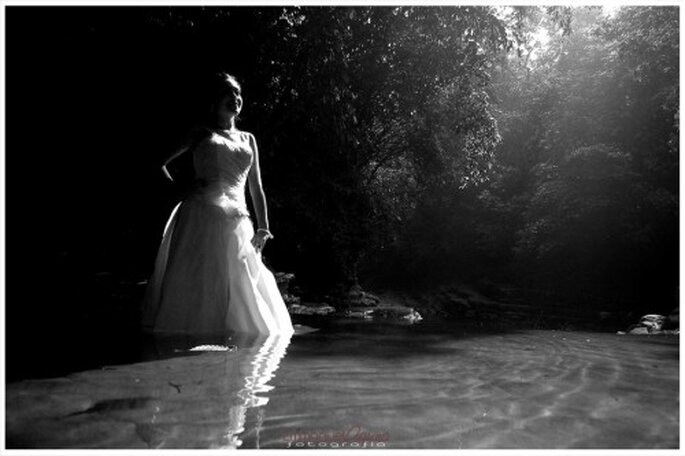 Novia con su vestido en sesion trash the dress - Foto Emmanuel Aquino