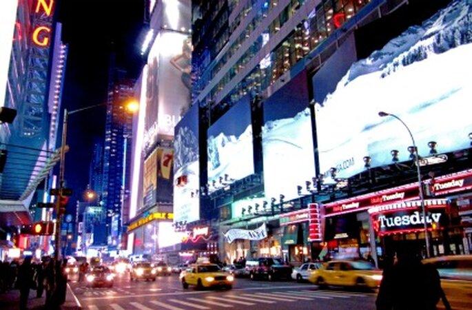 Manhattan bei Nacht. Flitterwochen in New York. Foto: Rainer Sturm / pixelio.de
