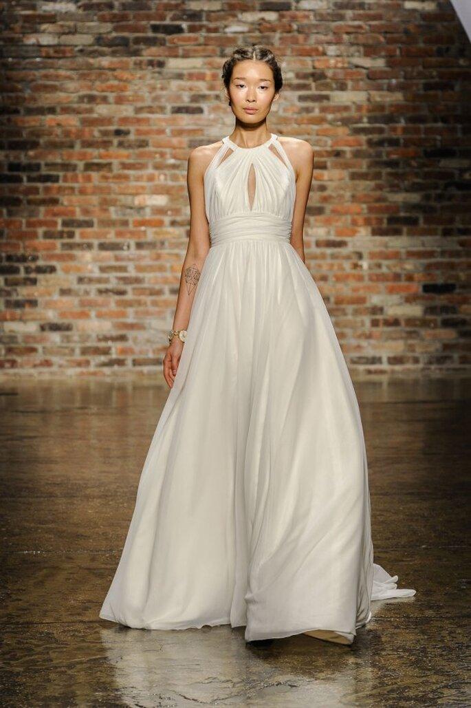 Vestido de novia sin mangas con falda voluminosa  escote cruzado - Foto Hailey Paige