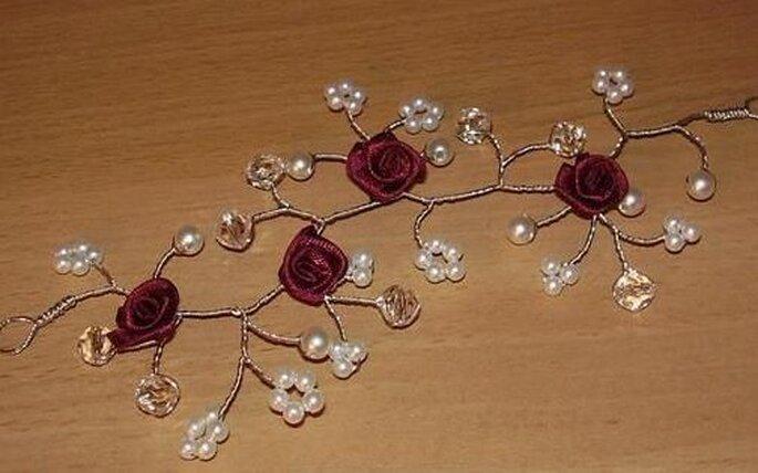 Ramillete con flores de saten rojas y pequeñas perlas blancas