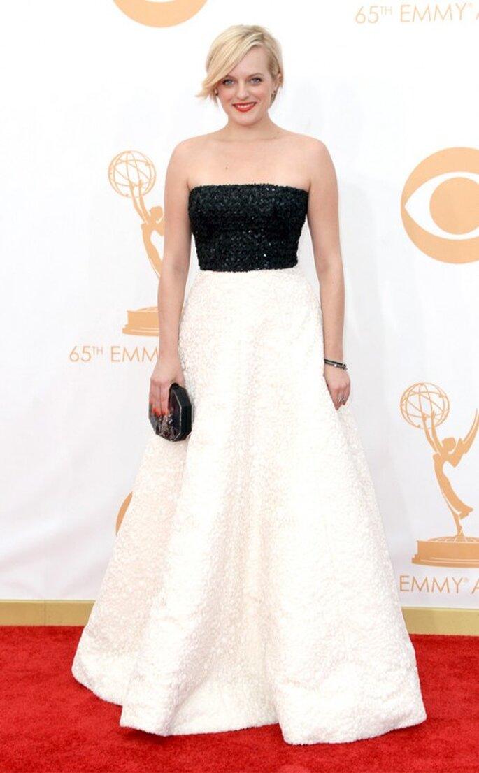Elisabeth Moss luce un vestido Andrew Gn en los premios Emmy 2013 - Foto E! Online Facebook