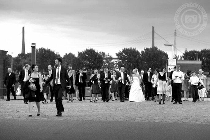 Ramona und Daniel mit ihren Hochzeitsgästen - Foto: Nicole Bartels.