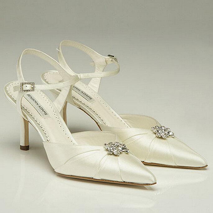 GWYNETH. Un tradicional y elegante zapato cerrado con arnés de vuelta y hermosas incrustaciones de Swarovski.