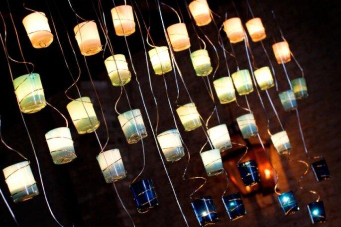 Decoración con candelabros individuales colgantes. Foto: Art de Vie