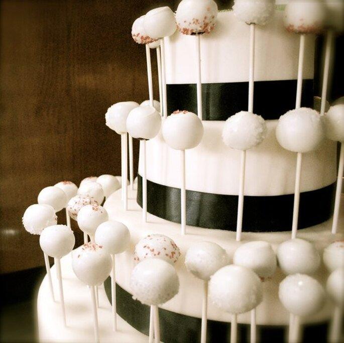 Un'elegante torta a base di cake pops. Foto via giallozafferano.it