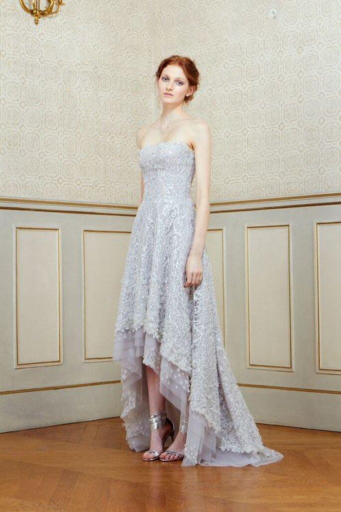 Vestido de fiesta en color lavanda con escote palabra de honor y falda high low - Foto Rami Al Ali