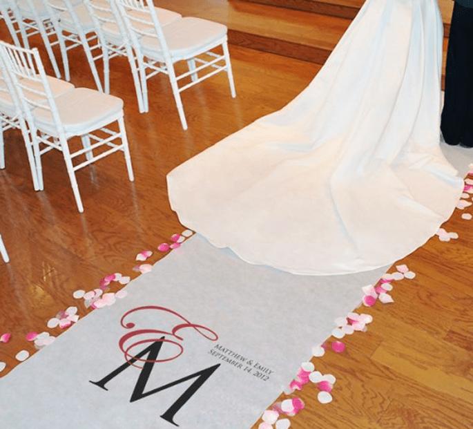 Imprime las iniciales de tu nombre y el de tu novio en este tapete para boda - Foto Making Memories and More