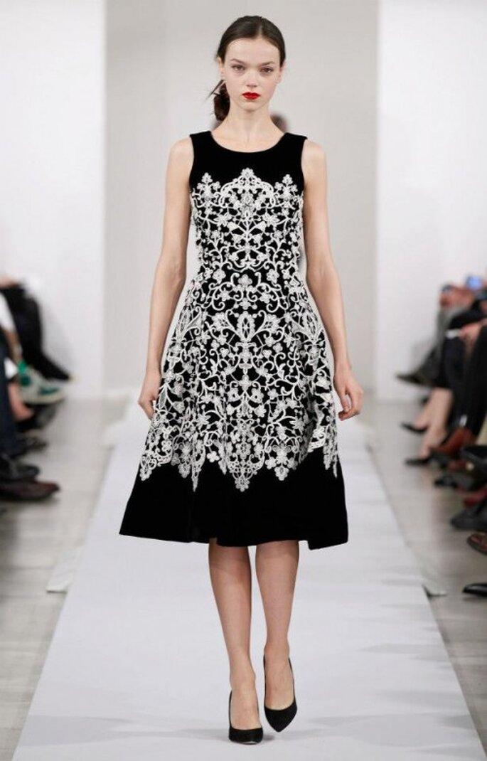 Robe de soirée de couleur noir avec motifs d'inspiration tribale blancs - Photo: Oscar de la Renta