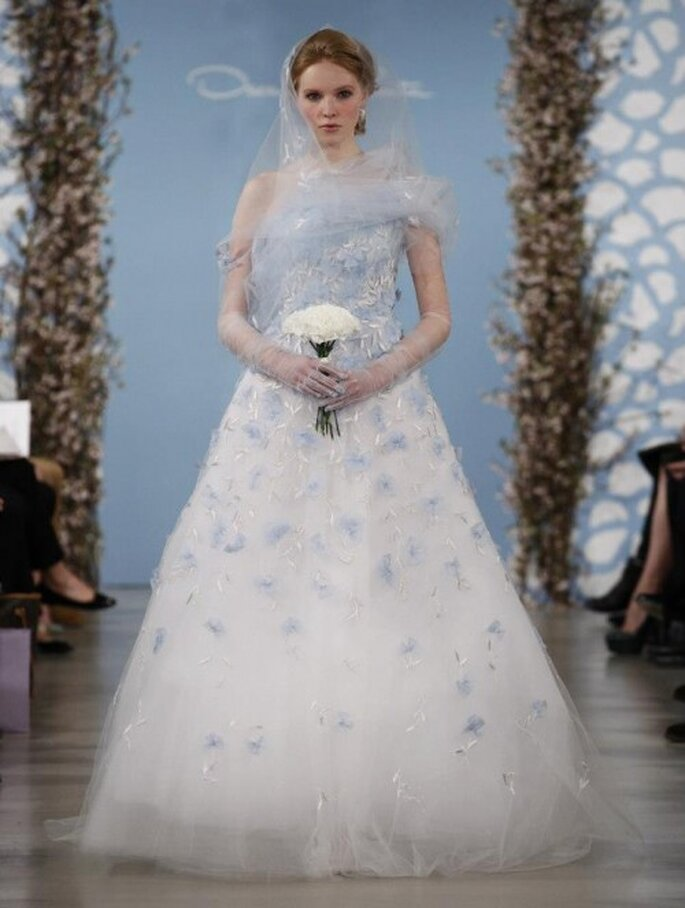 Vestido de novia con detalles en color azul pastel - Foto Oscar de la Renta