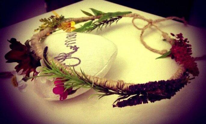 Corona de cáñamo con adornos florales. Foto de Hip & Love