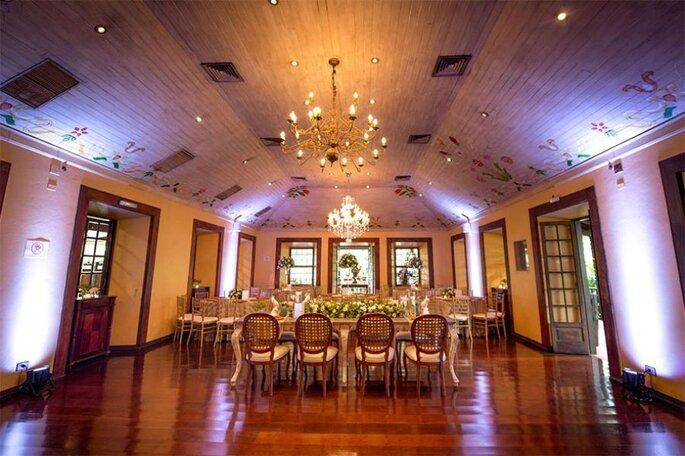 A Casa da Fazenda está ricamente decorada com móveis nobres em ambientações rústico-chiques.