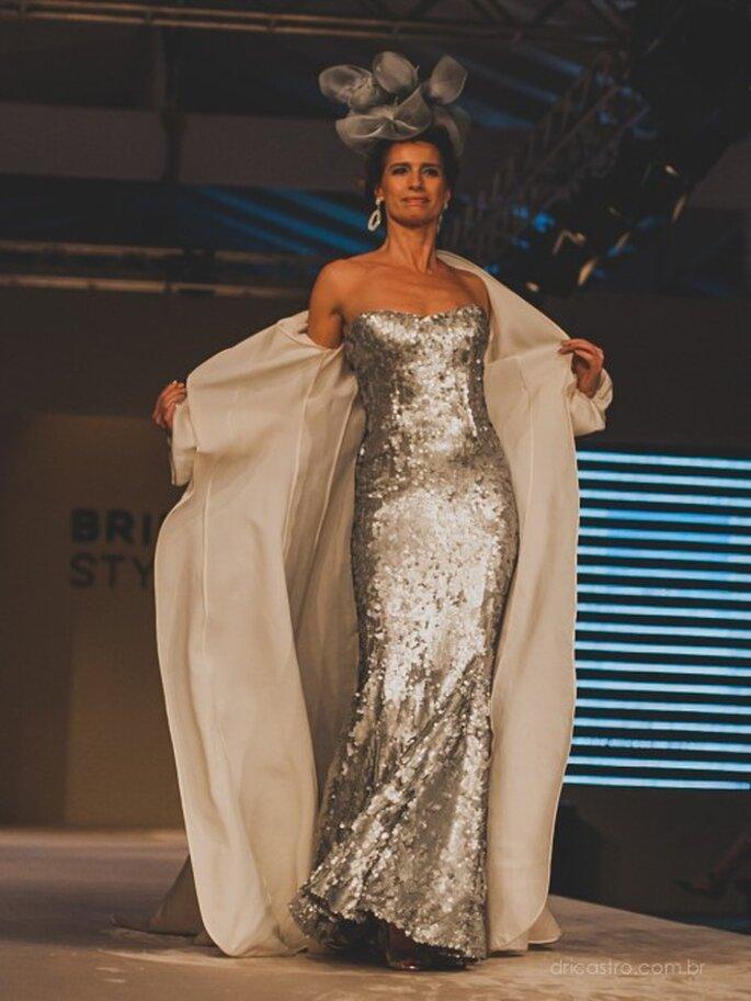A ex-modelo e atriz Petê Marchetti  desfilando com um modelo da Bibi Barcellos. Foto: Dri Castro