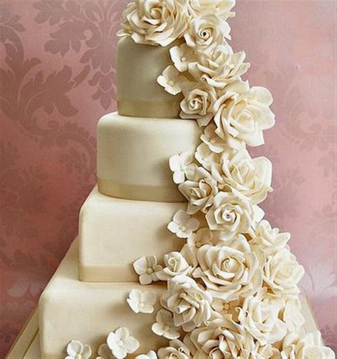 Wedding cake chute de fleurs. Crédit : Paradis gourmandise