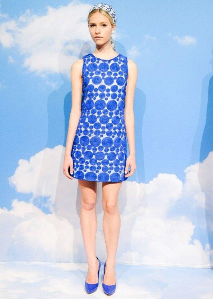 Vestido de fiesta en color azul con matices en color blanco - Foto Alice + Olivia