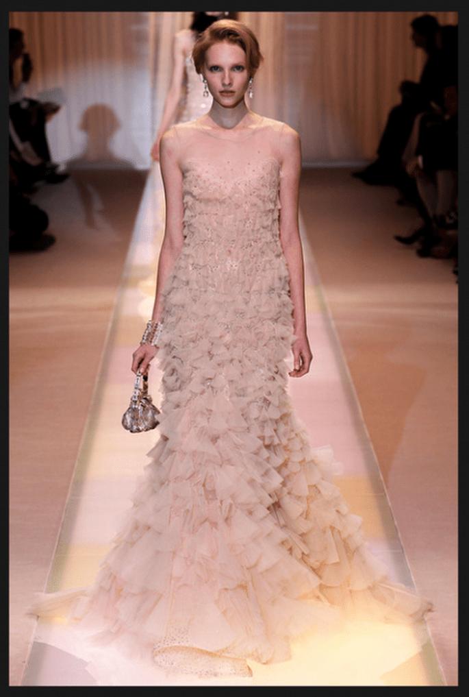 Vestido de novia alta costura con tendencia ombré y detalle de flores en relieve - Foto Armani