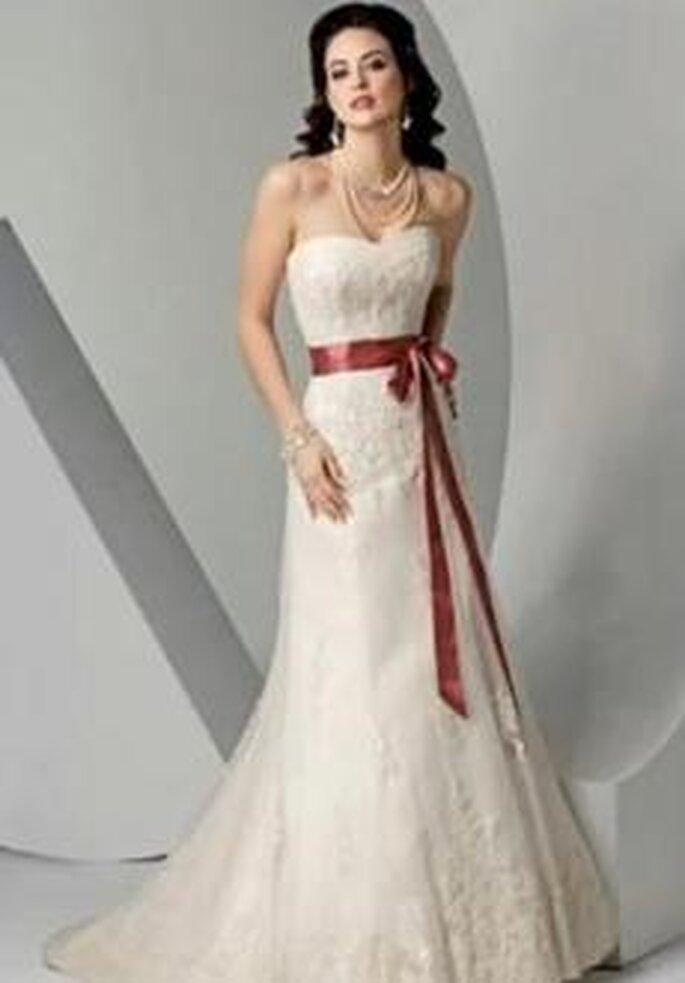 Bonmarier 2010 - Vestido largo en organza bordada, corte princesa, palabra de honor, lazo granate en cintura
