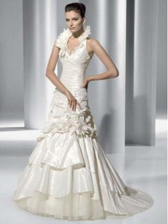 Demetrios 2010 - 3146, Neckholder-Kleid aus Taffeta mit raffiniertem Kragen und Blumenapplikation