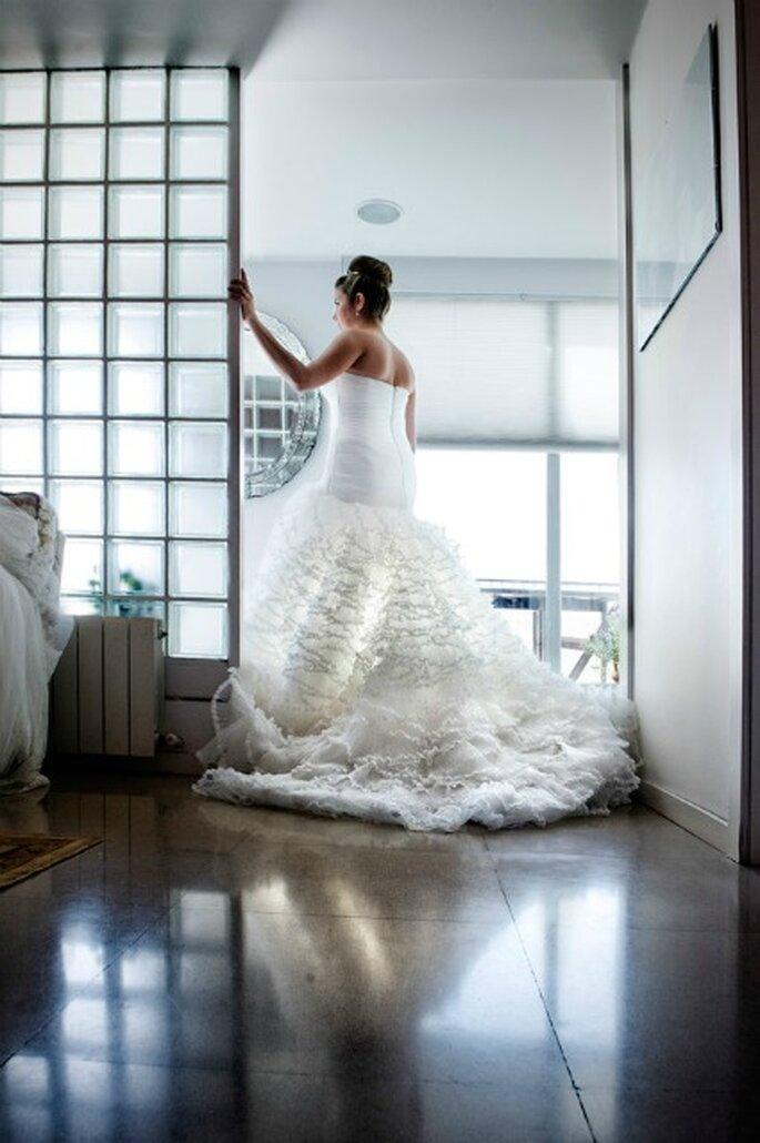 Andrea luce de espaldas la cola de su vestido de novia- Foto: Víctor Lax