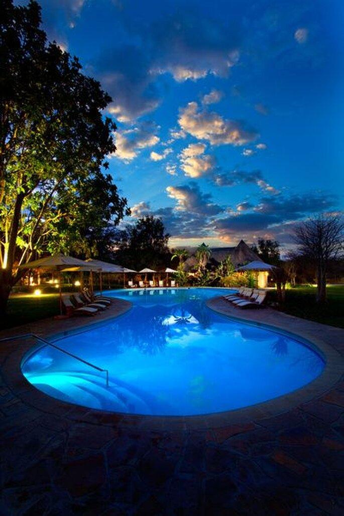Pool_Area_at_dusk_at_Kempinski_Mokuti_Lodge - Foto: © http://www.kempinski.com