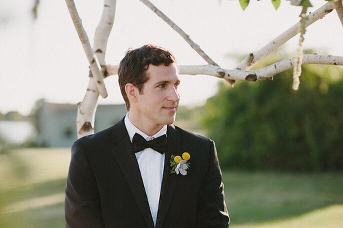 Boutonnière jaune pour le marié. Photo: Alexandra Roberts