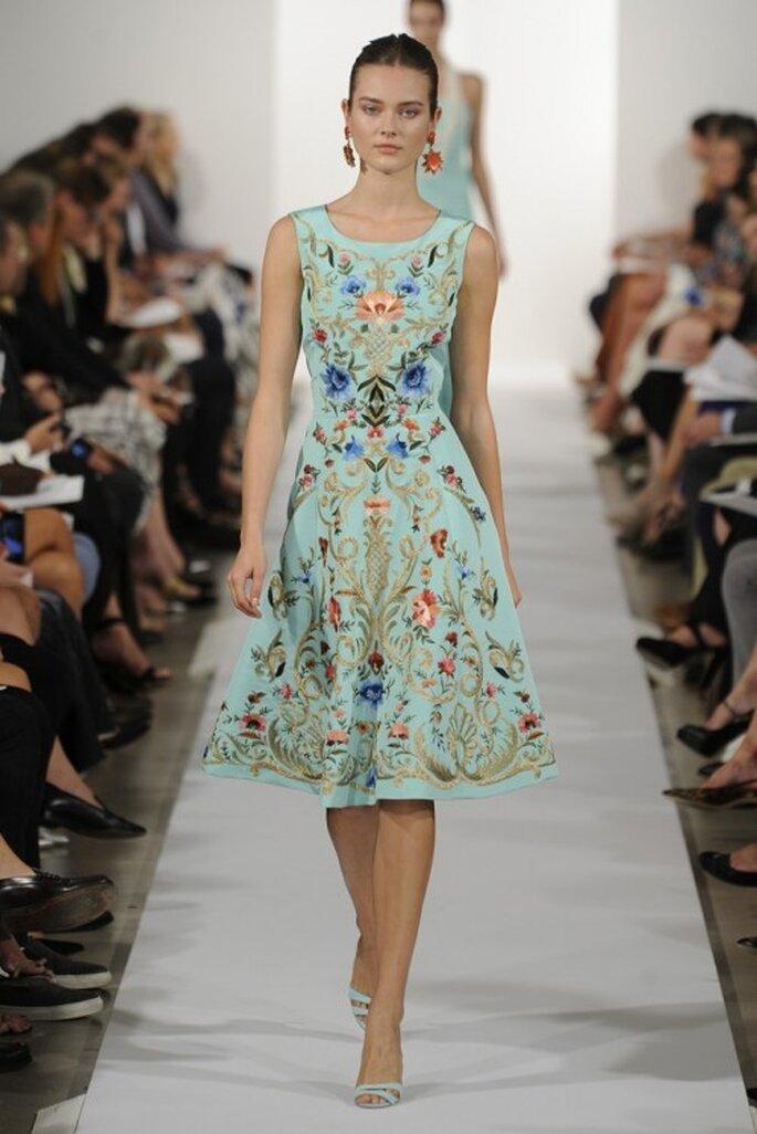 Vestido de fiesta en color turquesa con estampado de flores y cuello ojal - Foto Oscar de la Renta