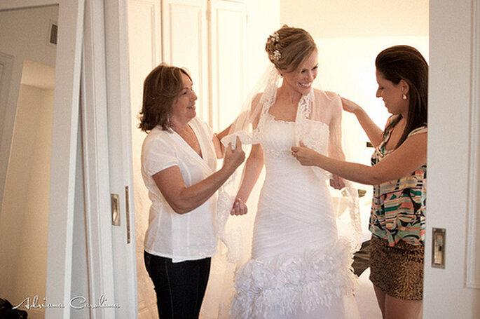 Enfiler sa robe de mariée chez soi, quoi de plus confortable ? Photo: Adriana Carolina