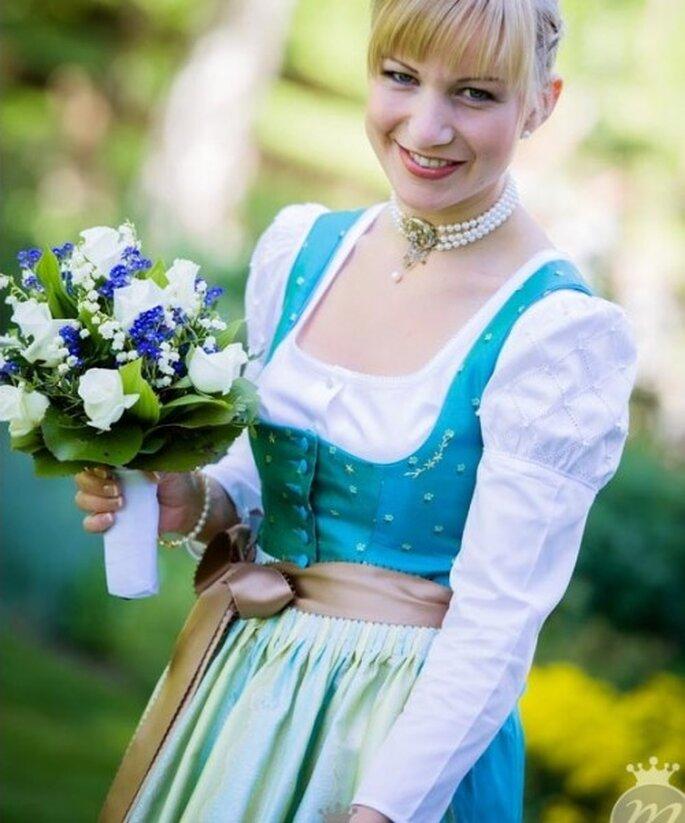 Heiraten in Tracht – da darf das Brautkleid ruhig frech und bunt sein – Foto: Martina Rinke