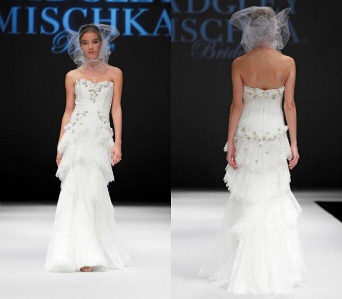 Vestido de novia corte sirena con escote corazón, aplicaciones de pedrería y capeado de hermosos textiles en la falda - Foto Badgley Mischka