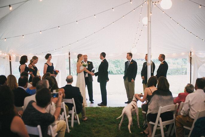 Pas question que la mascotte ne soit pas au premier rang ! Photo: Alexandra Roberts Wedding Photograph