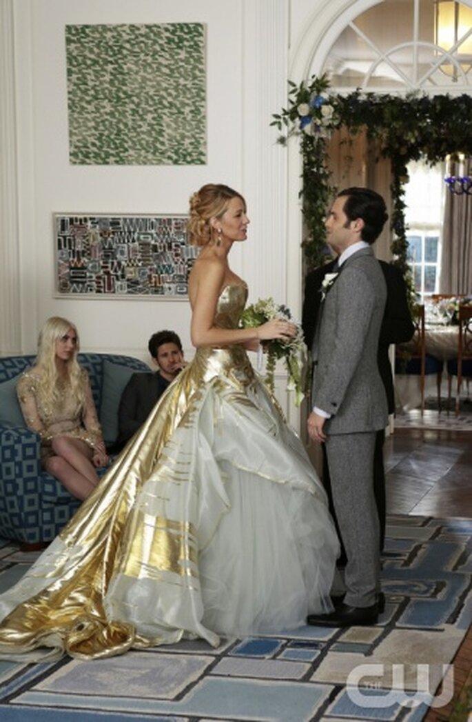 Elegante vestido de novia en color dorado para una boda en año nuevo - Foto The CW
