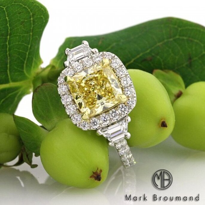 Anillo de compromiso con diamante en color amarillo - Foto Mark Broumand