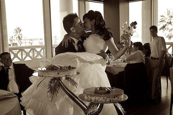 Un romántico momento de la pareja justo antes de servir la tarta. Foto: StudioBoda