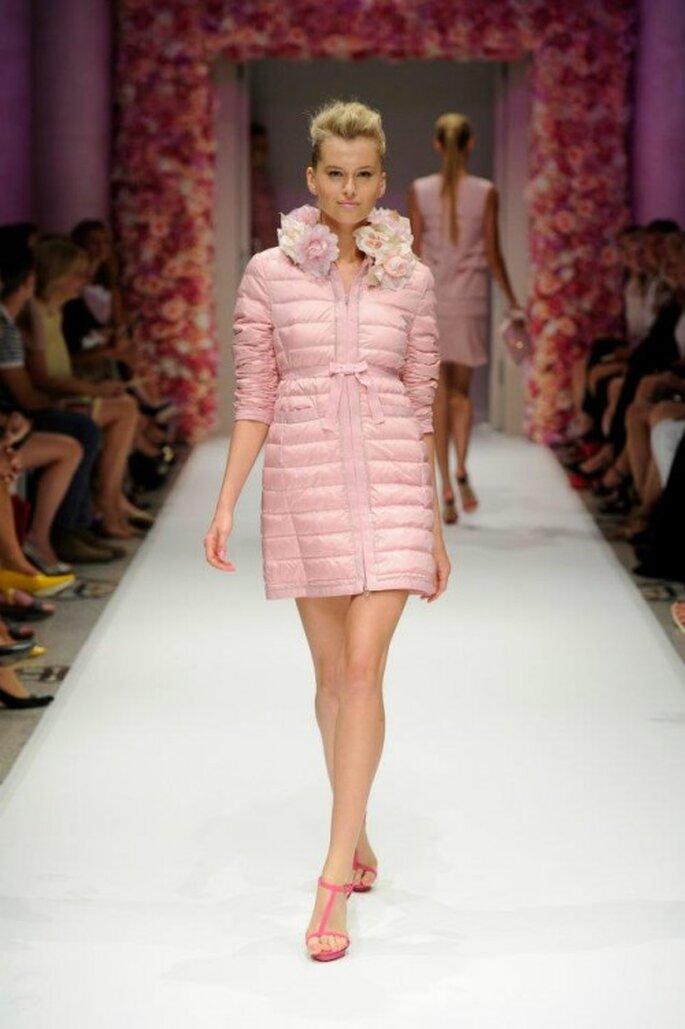 Abrigo corto en color rosa con aplicaciones de inspiración floral - Foto Basler
