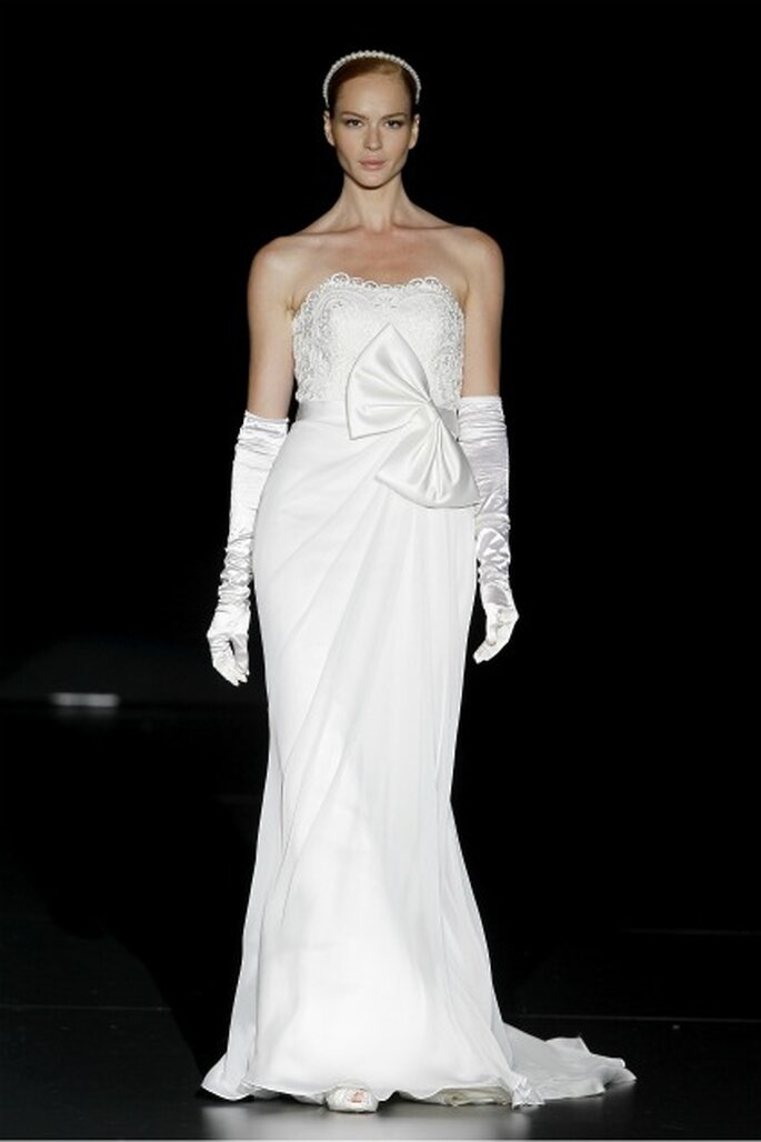 Sencillos patrones con ricos tejidos en los vestidos de novia Charo Peres 2012 - Ugo Camera / Ifema