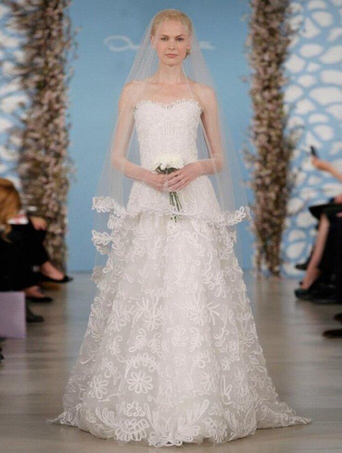 vestido de novia con escote strapless y falda con bordados de flores - Foto Oscar de la Renta